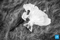 Photo de marié sur l'herbe