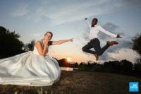 Photo de couple de mariage, le saut du marié