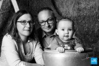 Les parents et leur bébé en séance photo studio
