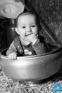 Shooting photo d'un bébé dans la paille