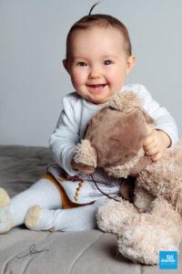 Photo de portrait d'une petite fille avec sa peluche