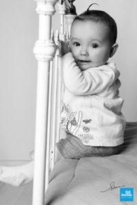Bébé lors d'une séance photo shooting en studio