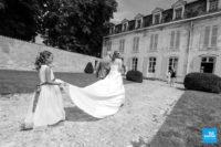 La mariée et son père entrant dans la mairie de Saintes