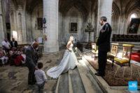 Photo reportage l'arrivée de la mariée dans l'église