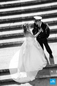Photo de couple de mariage sur escalier