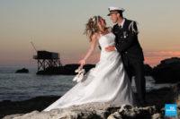 Photo de couple de mariage au bord de la mer au coucher du soleil, St-Palais-sur-Mer