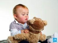 Portrait d'un bébé avec un ours en pelluche