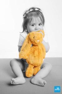 Photo noir et blanc d'un petite fille avec sa peluche lapin