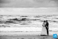 Photo de couple en bord de mer déchainées