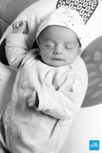 Photo noir et blanc d'un bébé qui dort