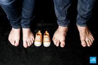 Photo de famille, les pieds des parents et les chaussures du bébé