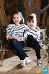 Séance shooting photo de deux sœurs dans les studios de Saintes