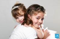 Photo de deux sœur sur fond blanc