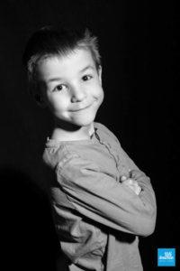 Portrait sur fond noir et en noir et blanc d'un enfant au studio photo de Saintes