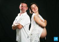 Photo de couple de grossesse sur fond noir