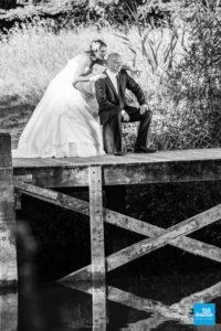 Couple de marié au bord de l'eau