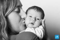 Shooting photo studio d'un nouveau né et de sa mère