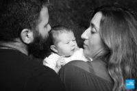 Photo d'un bébé et de ses parents en noir et blanc