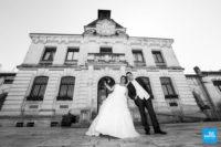 Photo de mariage, les mariés devant la mairie