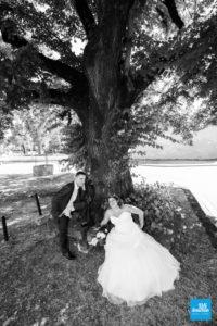Photo de couple de mariage au pied d'un arbre