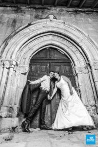 Photo de couple de mariage devant la porte de l'église