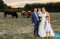 Photo de couple devant les vaches