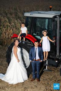 Photo des mariés et leur enfant sur le tracteur
