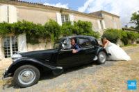 Photo de couple fun, la marié pousse la voiture en panne