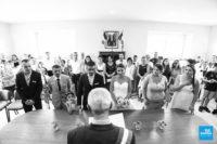 Photo en noir et blanc pendant le mariage à la mairie