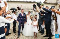 reportage photo pendant la haie d'honneur à la sortie du mariage