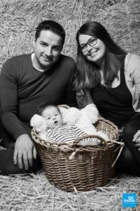Photo d'un bébé dans un panier avec ses parents