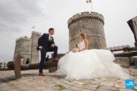 Photo de couple de mariage devant les tours de la Rochelle