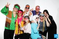 Photo de famille fun déguisé en hippies