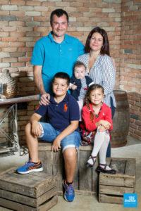 Photo de famille dans le décors brique des studios de Saintes