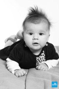 Portrait de bébé sur un lit