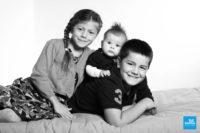 Portrait et noir et blanc de frères et sœur sur studio photo de Saintes.