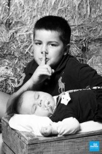Shooting photo d'enfant : deux frères en noir et blanc