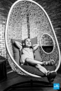 Photo en noir et blanc d'une enfant dans les studio de Saintes