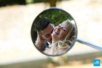 Photo de couple de mariage, reflet dans un retroviseur