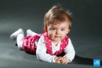 Portrait de bébé sur fond noir au studio photo de Saintes