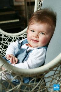 Portrait d'un bébé sur un fauteuil