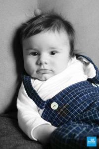Shooting photo d'un bébé au studio, portrait noir et blanc