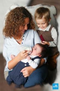 Maman donnant le biberon à son bébé avec le grand frère