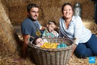 Photo de famille avec le bébé dans la panière