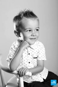 Portrait photo d'un petit garçon en séance photo à Saintes