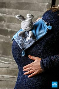 Ventre de femme enceinte et peluche