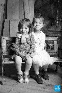 Shooting photo de deux sœurs, en noir et blanc