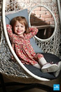 Portrait d'une petite fille, au studio photo de Saintes