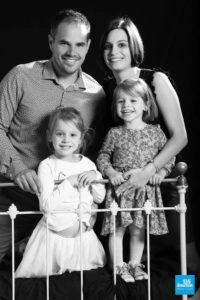 Photo de famille en noir et blanc sur fond noir