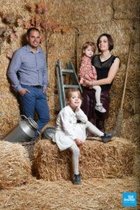 Shooting photo en studio en famille, sur la paille